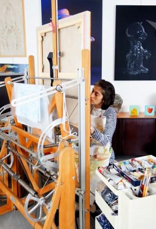 Sabrina Milazzo nel suo studio mentre prepara la tela