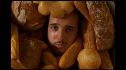 imagen del cantautor Chicarro rodeado de pan