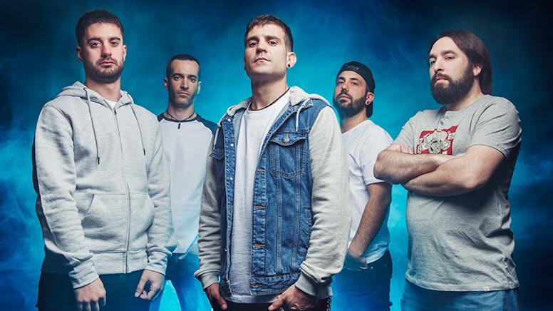 imagen de los cinco integrantes del grupo Mosh