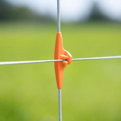 — 717135 — Gallagher De Line Post Dropper is een zwevende paal die de draden tussen twee palen in de afrastering op de juiste hoogte en strak gespannen houdt. In plaats van drie palen over 12 meter afrastering heeft de veehouder met de Dropper nog maar twee palen nodig. Omdat de Dropper goedkoper is dan een Line Post, scheelt dat in de kosten voor de totale afrastering. —