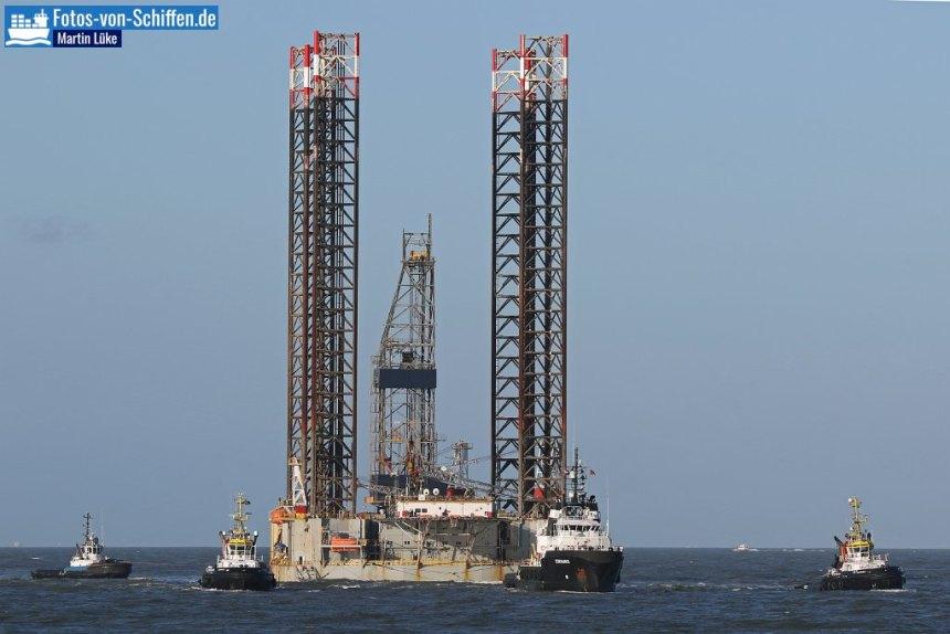 Hier wird die Plattform PARAGON HZ1 (92m) in den Hafen von Rotterdam geschleppt.