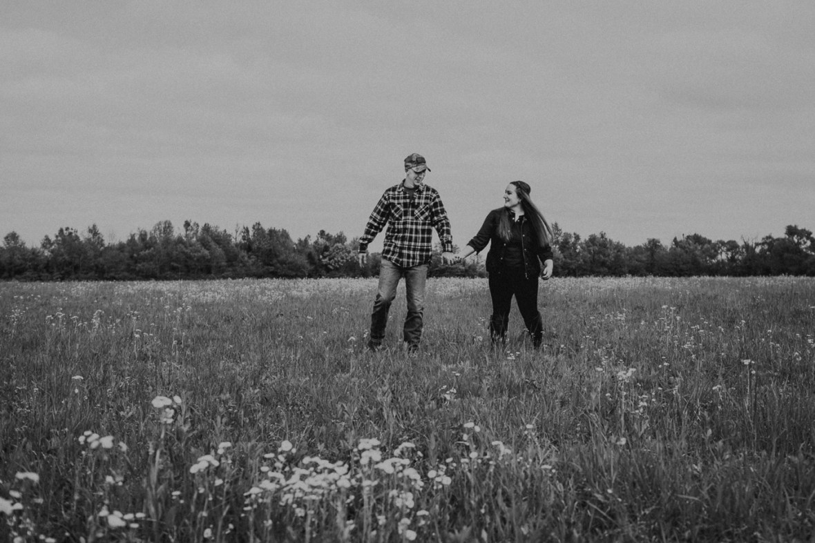 28_WCTM8752abwb_Kentucky_Engagement_Blackacre_Louisville_Photos_Farm