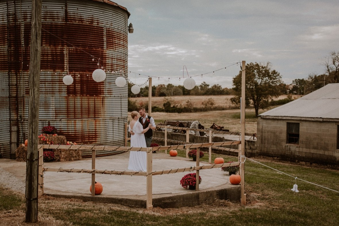 38_WCTM6470ab_Rustic_Indiana_Southern_october_Wedding_Corydon_Falling