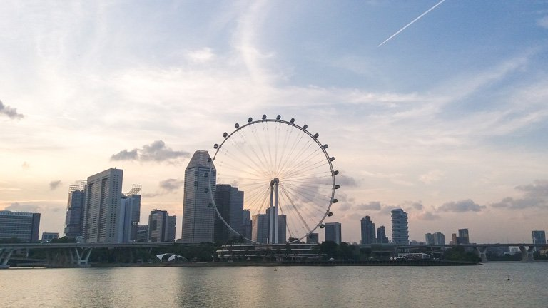 Atardecer del Singapore Flyer visto desde Gardens by the Bay, Singapur