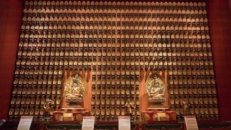 Interior del templo budista Buda Tooth Relic Temple, Singapur