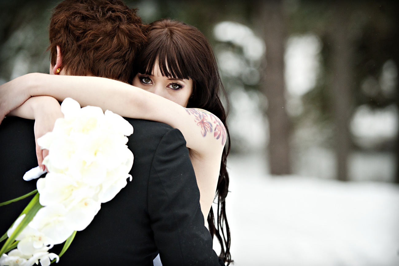 https://i1.wp.com/wedding-pictures-01.onewed.com/26675/outdoor-winter-wedding-photography-bride-hugs-groom-orchid-bridal-bouquet.jpg