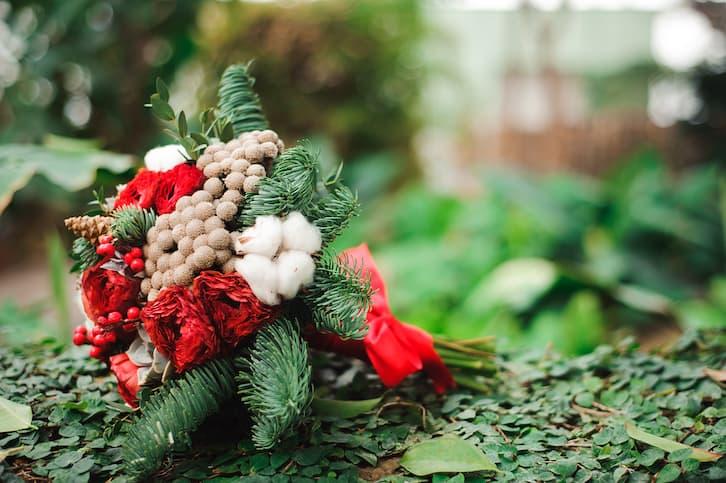 bukiet ślubny zimowy czerwony sosna bawełna