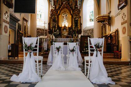 dekoracja kościół krzesła