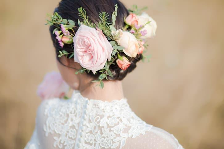 fryzura ślubna kwiaty