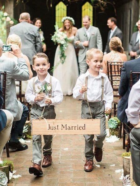 fryzury na wesele dla chłopców tabliczka idą przed parą młodą
