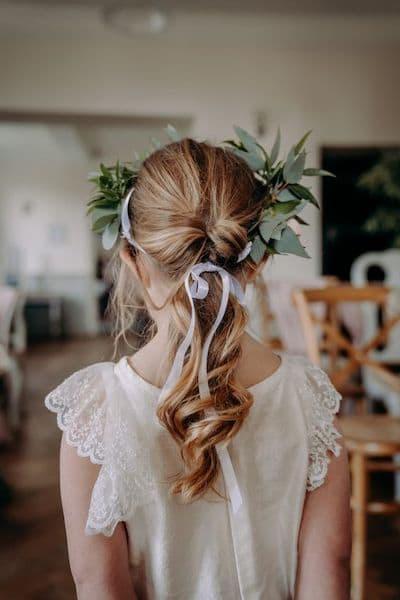 fryzury na wesele dla dziewczynek kucyk wianek