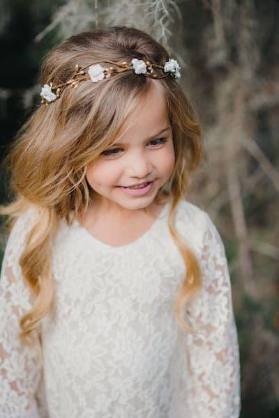 fryzury na wesele dla dziewczynek rozpuszczone włosy opaska