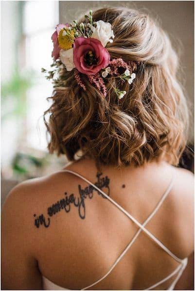 fryzury na wesele krótkie włosy do ramion loki kwiaty