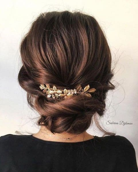 fryzura wesele niskie upięcie ozdoby