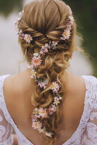 fryzury na wesele warkocz kwiaty