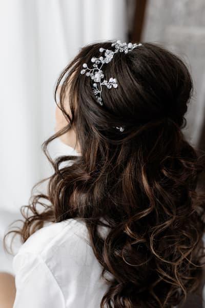fryzury ślubne loki opaska