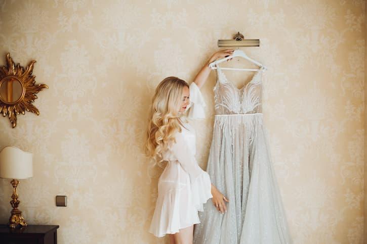 fryzury ślubne loki suknia ślubna