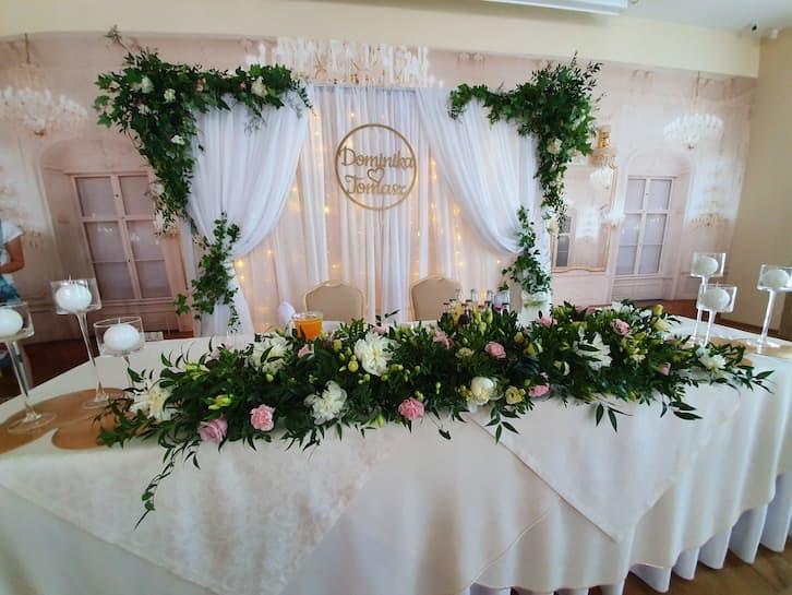 dekoracja sali weselnej kwiaty na wesele stół pary młodej