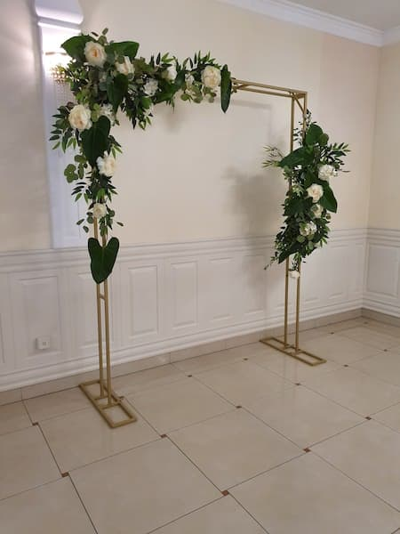 kwiaty na wesele ścianka za parą młodą