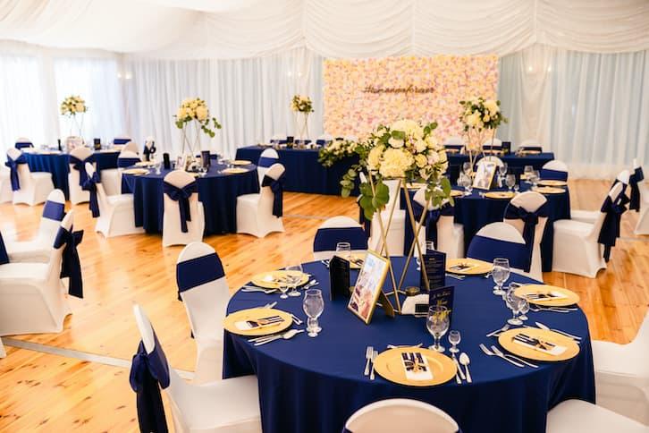 dekoracje stołów weselnych granat złoto