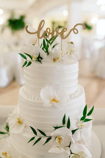 tort weselny kwiaty