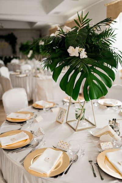 kwiaty na wesele dekoracja stołu monstera