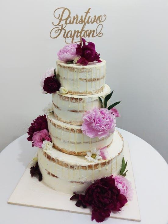 tort weselny z topperem
