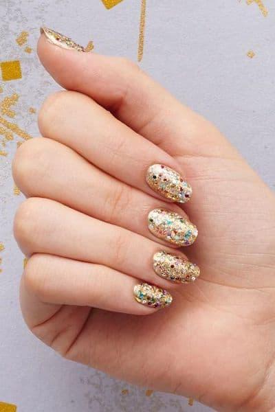 manicure wesele złoto brokat