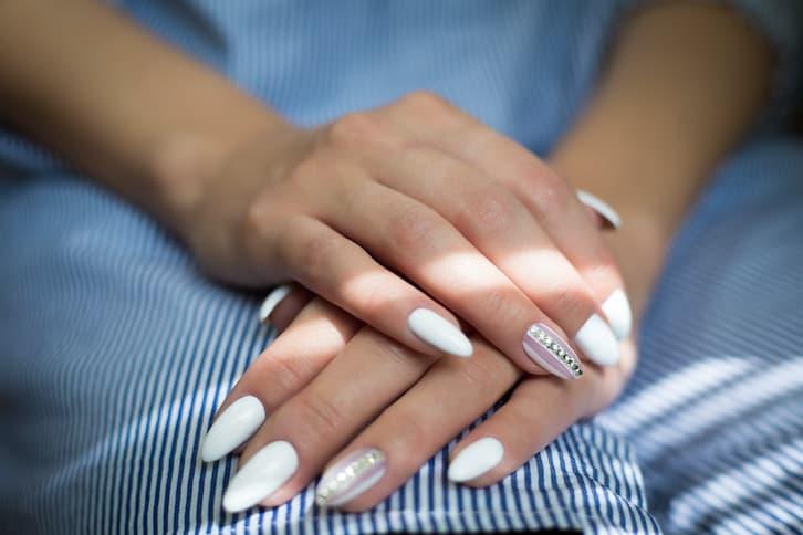 paznokcie ślubne białe róż kryształki