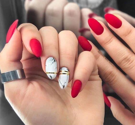 paznokcie ślubne czerwone matowe marmurki