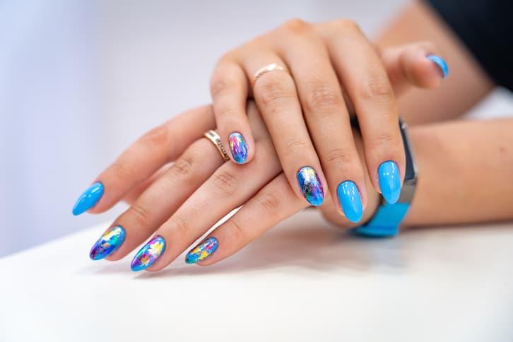 paznokcie panna młoda niebieskie wzorki pointy kolorowe