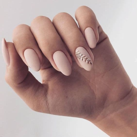 manicure ślubny nude matowe złote wzorki