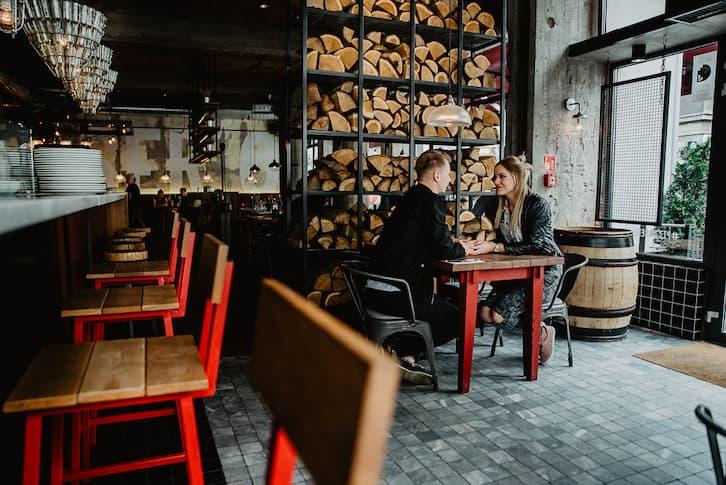 sesja narzeczeńska miejska kawiarnia