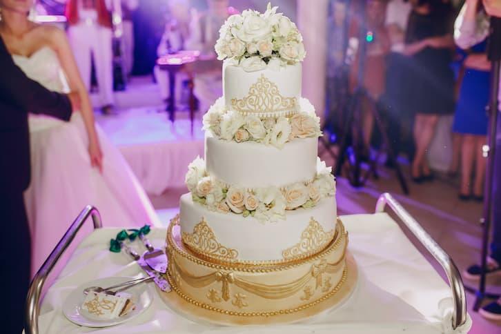 tort ślubny barokowy złoty kwiaty