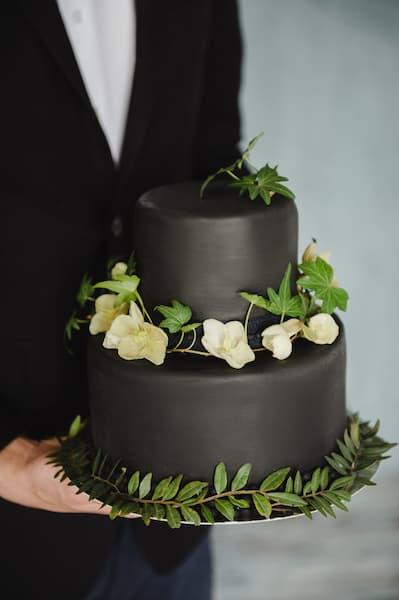 tort wesele czarny kwiaty