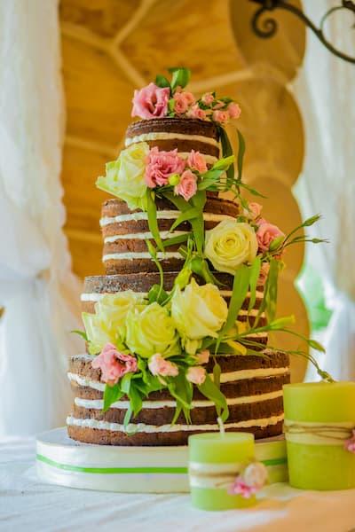 tort ślubny naked cake kwiaty