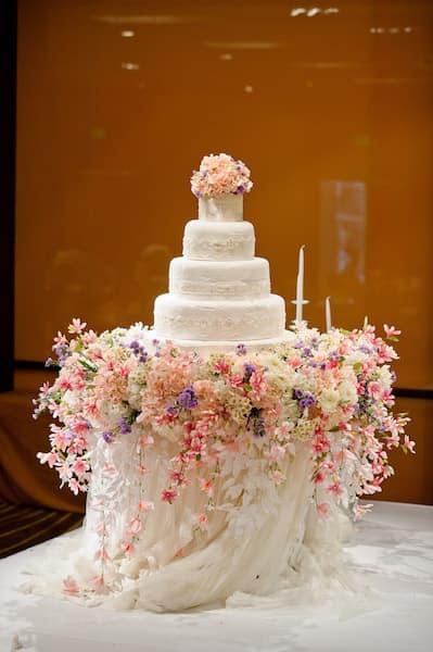 tort ślubny prezentacja kwiaty