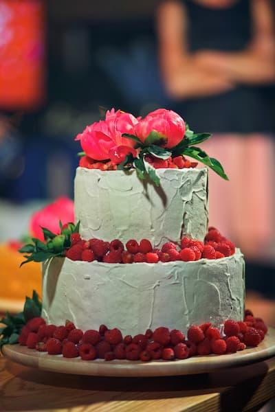 tort ślubny śmietanowy kwiaty maliny róż