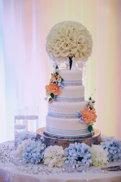 torty weselne glamour niebieski topper kwiaty