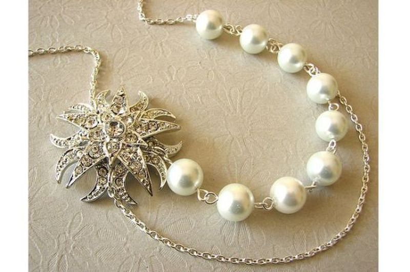 Pearl and metal vintage necklace