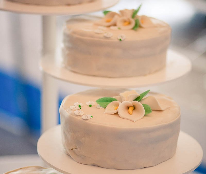 Give your wedding cake a special look