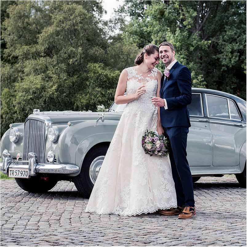 bryllupsfoto ved bil