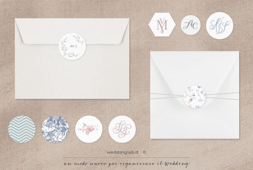 due esempi di applicazione su busta di bottoni monogramma e wedding logo