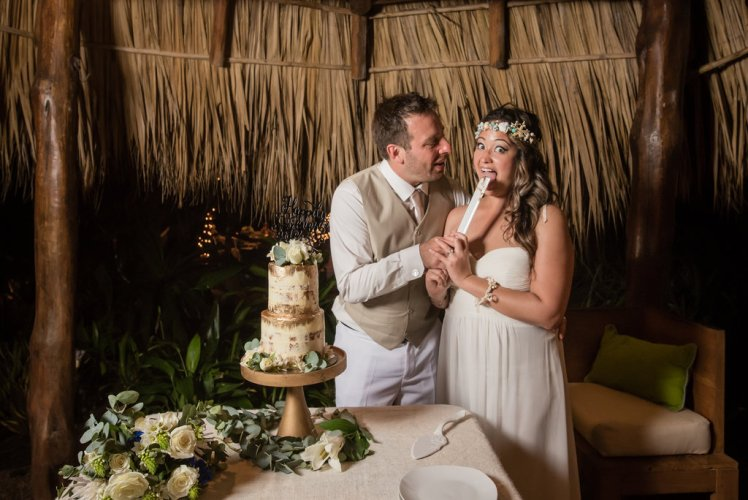 wedding-costa-rica-cake-cutting