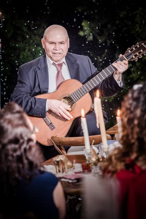weddings-costa-rica-guitar-player