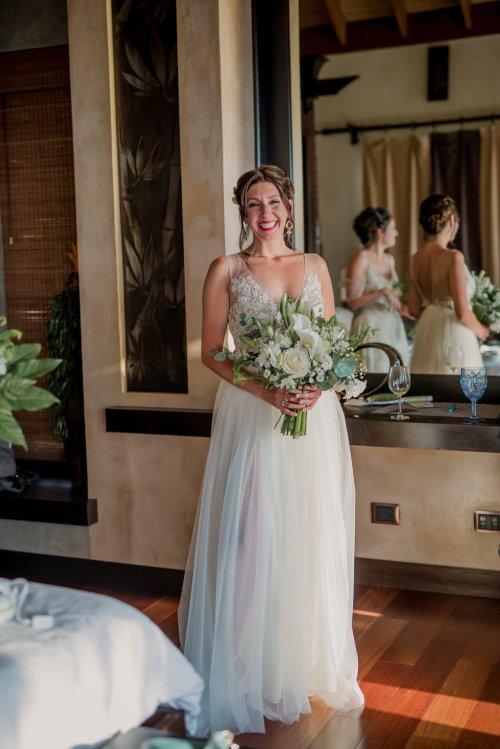 weddings-costa-rica-bride-and-bouquet