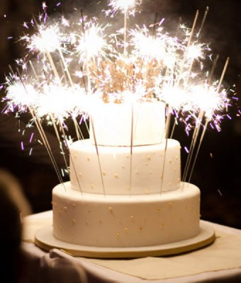 wedding-cake-sparklers