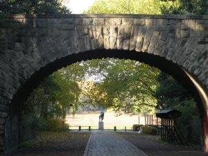 Kalksteinbrücke vor dem Ringerdenkmal