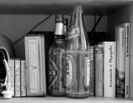 Küchenregal mit Pfandflaschen