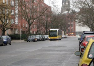 Der 247 in der Usedomer Straße. Im Hintergrund ist die St. Sebastian-Kirche.